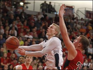 Maumee Valley's Rick Deichert shoots in front of Arlington's Thayne Recker.