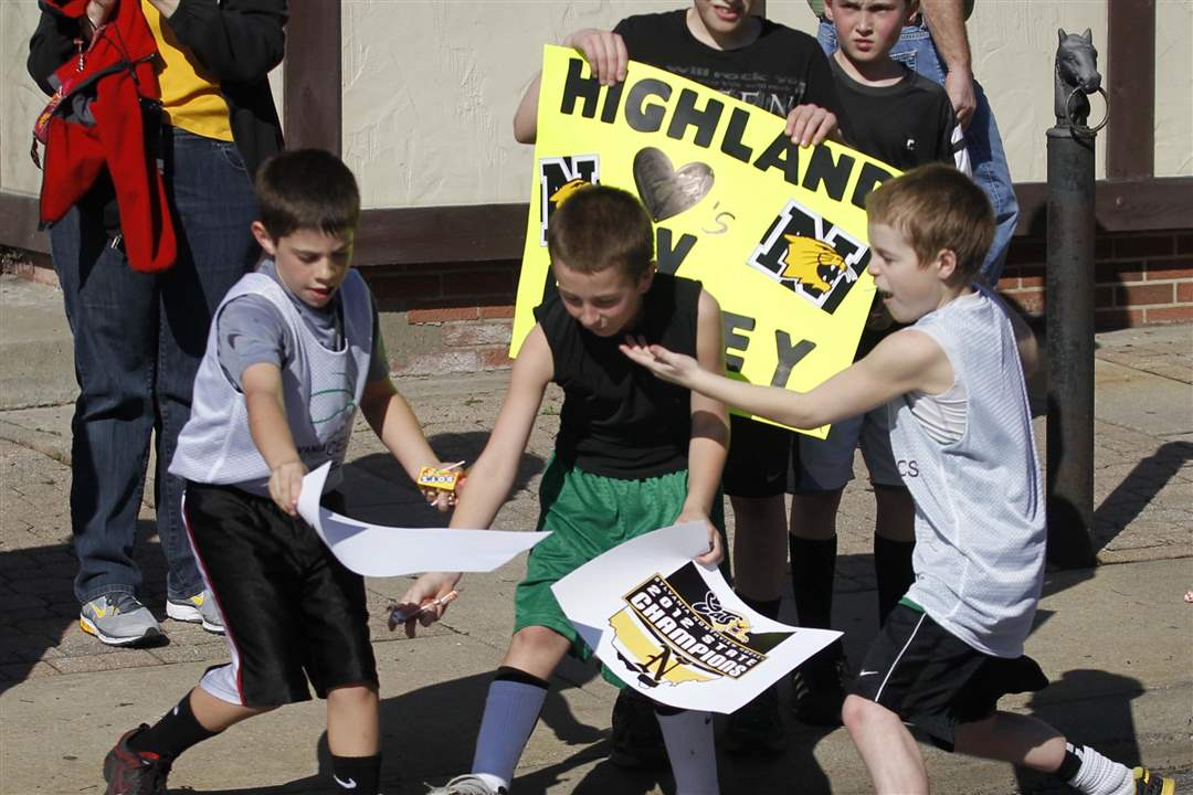 Highland-hockey-players-scramble-to-grab-candy