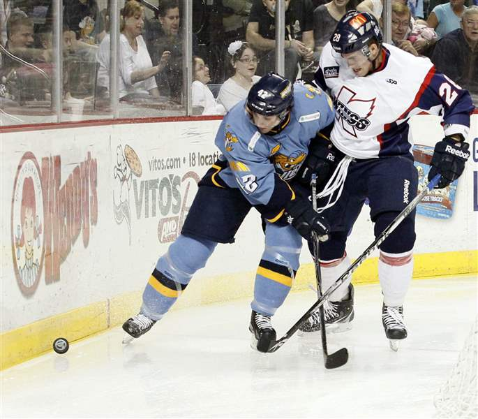 Walleye-Derek-Brochu-Kalamazoo-Joe-Tolles-fight-for-puck