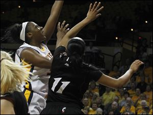 Yolanda Richardson shoots over Cincinnati's Tiffany Turner.