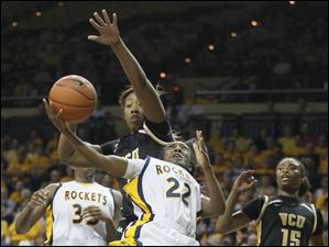 Toledo guard Andola Dortch (22) goes to the net against Virginia Commonweatlh center Aprill McRae (14).