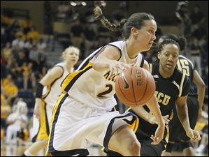 UT's Courtney Ingersoll (2) drives past  VCU's Carleeda Green (3).