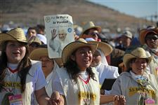 Mexican-pilgrims-cheer-Pope-Mass