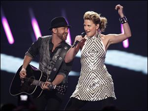 "Jennifer Nettles, right, and Kristian Bush of the band ""Sugarland"" perform at the 2009 CMT Music Awards in Nashville, Tenn."