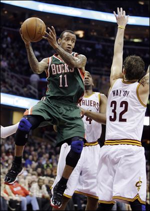 The Bucks' Monta Ellis prepares to wrap a pass around Cleveland's Luke Walton in the first quarter, when Milwaukee scored 35 points.