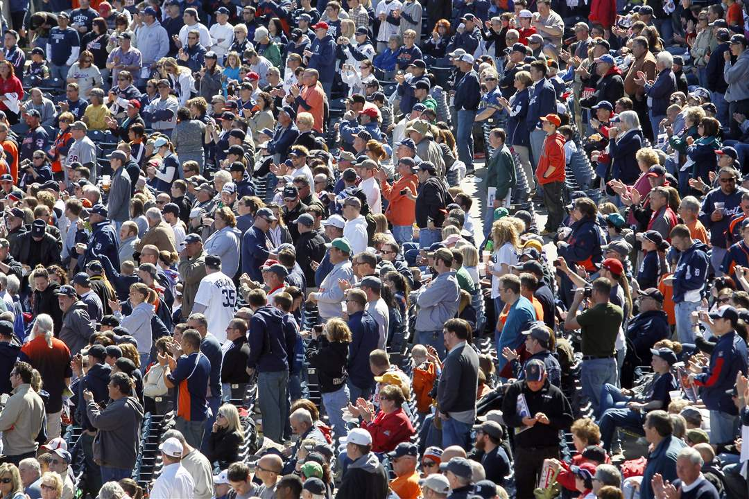 crowd-hens-tigers