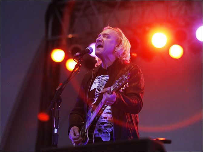 Joe Walsh plays zoo Joe Walsh performs at the Toledo Zoo Amphitheatre Thursday night.