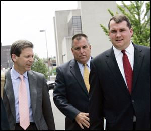 Tom Noe, center, entering Toledo's federal courthouse with lawyers Doug Grove, left, and John Mitchell in 2006, was convicted of making illegal campaign contributions.