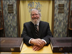 Rabbi Edward Garsek plans to retire at the end of the month from Congregation Etz Chayim, an Orthodox Jewish synagogue, and move to Chicago.