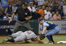 Detroit-Tigers-Don-Kelly-32-dives-back-safely-to-third-base