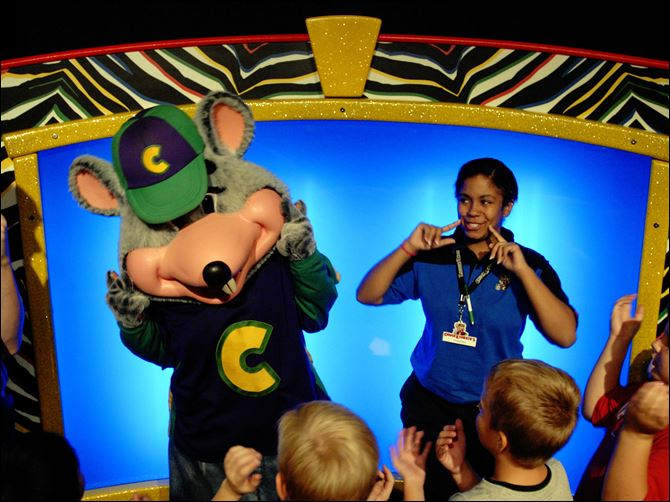 chuck e. cheese gets makeover Chuck E. Cheese, which has more than 500 locations nationwide, has been entertaining children for 35 years. The company hopes that a new ad campaign will boost sagging sales.