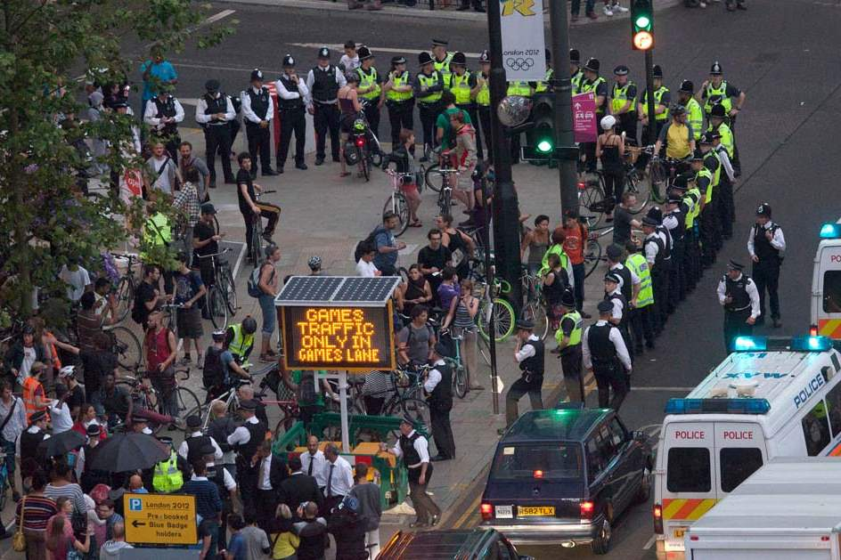 Police-surround-part-of-a-group-of-protesting-cyclists