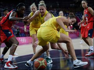 Australia's Jenna O'Hea, center, scrambles for a loose ball during a semifinal women's basketball game against the USA.