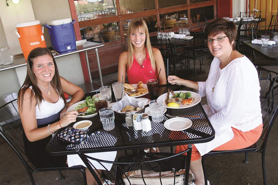 Patios-Real-Seafood-Stacie-Hunt-Danielle-Hunt-Gaylynn-Hunt