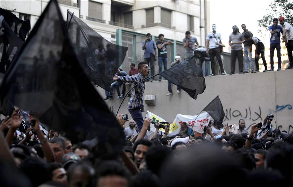 Egyptian-protesters-climb-the-walls-of-the-U-S-embassy
