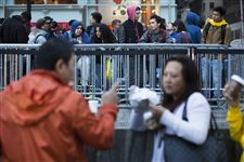 Consumers-wait-in-line-outside-the-Fifth-Avenue-Apple