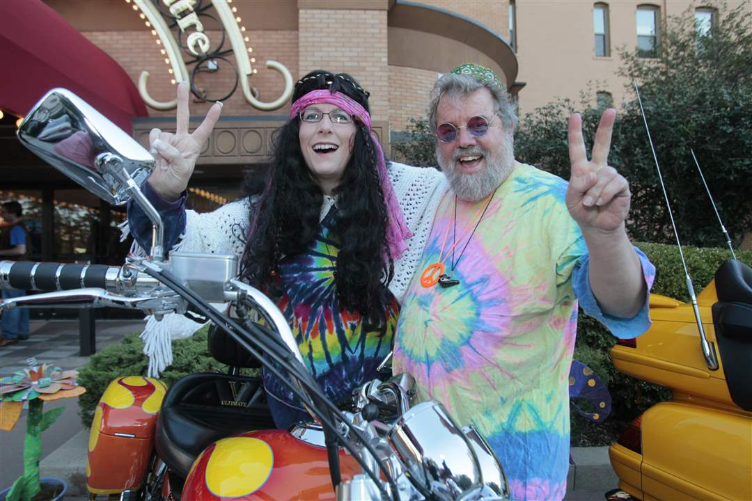 Sharon-Hollins-and-Dan-Frye-with-the-two-motorcycles