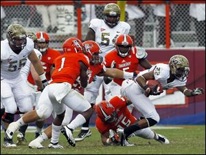 Bowling Green defender Ryland Ward (15) tries to pull down Virginia Tech's Tony Gregory as Darrell Hunter (1) moves in.