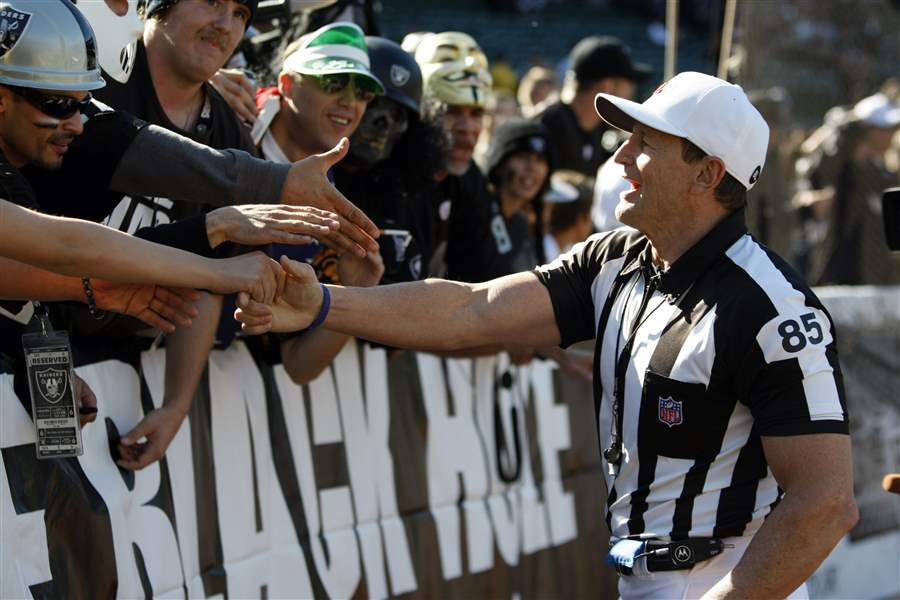 Referee-Ed-Hochuli-85-greets-Oakland-Raiders-fans