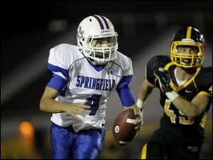 Clay Fink, of the Springfield Devils, runs the ball during the second quarter.