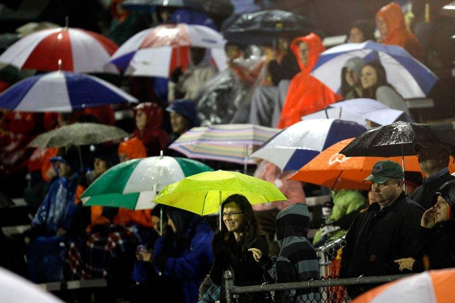 WEBsylv-football06p-fans-rain