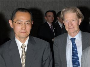 Kyoto University Professor Shinya Yamanaka, left, and British researcher John Gurdon won this year's Nobel Prize in physiology or medicine.