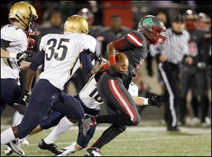 Central Catholic quarterback DeShone Kizer breaks free from St. John's Jesuit defenders, from left, Pete Burkett, Andre Tidwell, and Dick Anderson for a TD run. Kizer completed 12 of 14 passes.