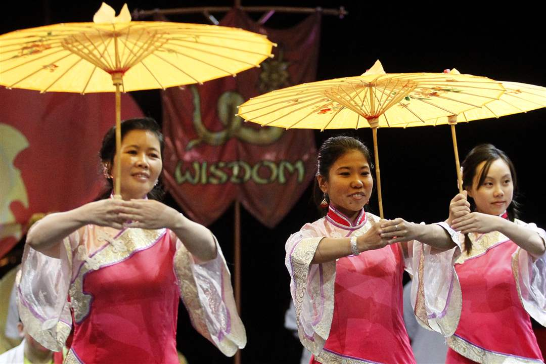 The-Chinese-Association-of-Greater-Toledo-Dancers-from-left