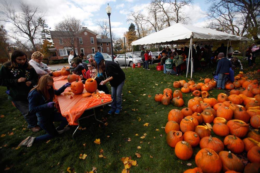 Pumpkin-carving-downtown