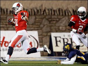 Ball State's Connor Ryan (81) scores a touchdown against Toledo's Ross Madison (21).