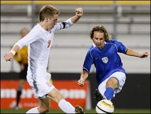 Sylvania Southview's Brad Brown (7) battles Powell Olentangy Liberty's Kyle Baum (2) for the ball.