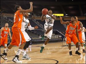 Cleveland State's Charlie Lee drives through BGSU defenders during NIT game at Crisler Arena. From left: BG's Luke Kraus, Richaun Holmes, Cleveland's Luda Ndaye and Lee, Jehvon Clarke and BG's A'uston Calhoun.