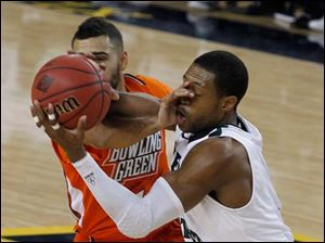 BGSU's Jordon Crawford tries to defend against Cleveland State's Sebastian Douglas who stole the ball.