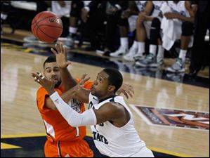 Bowling Green's Jordon Crawford gets the ball stolen by Cleveland State's Sebastian Douglas.