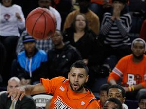 Bowling green's Jordon Crawford passes the ball across the court.