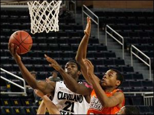 Cleveland State's Marlin Mason is defended by BGSU's Luke Kraus (3), Richaun Holmes (22), and A'uston Calhoun (15).