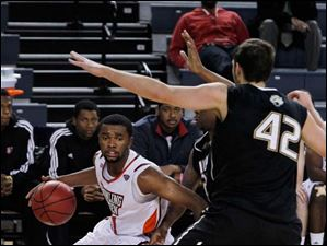 BGSU's Chauncey Orr dribbles around IUPUI defenders.