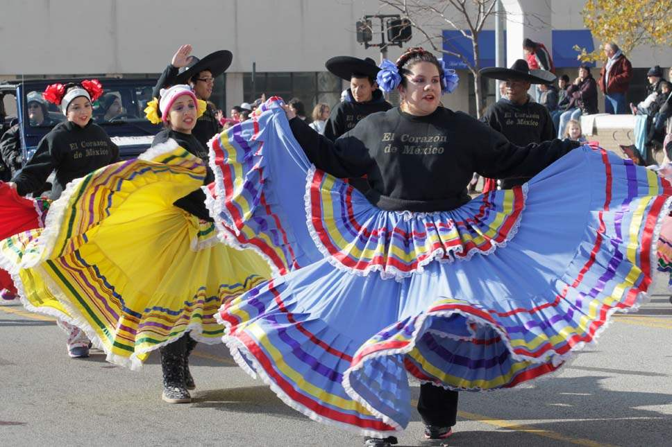 Holiday-Parade-Dancers-with-El-Corazon-de-Mexico