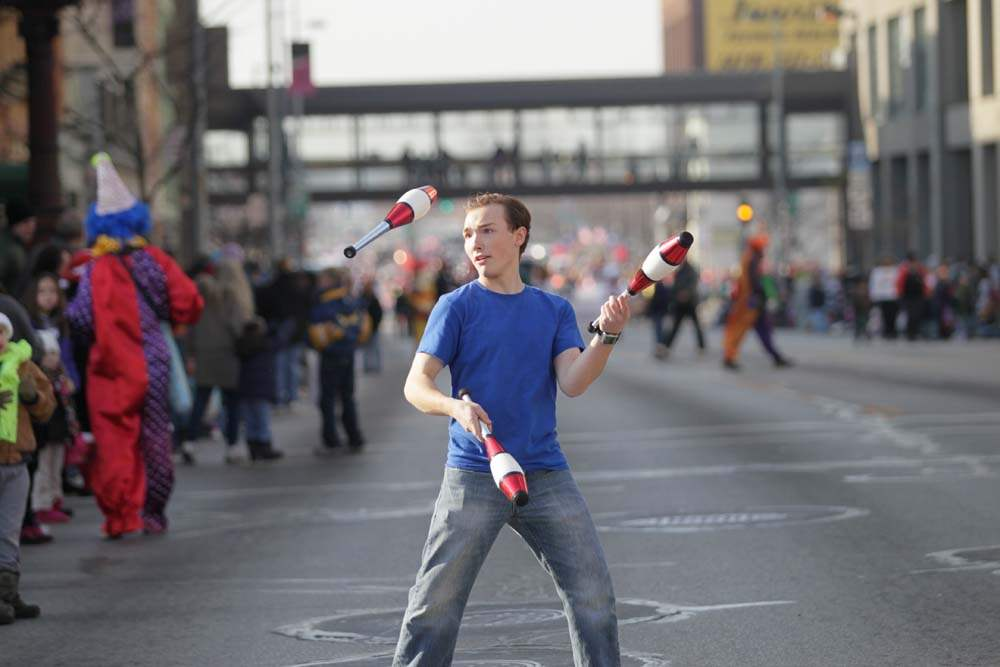 holiday-parade-juggling