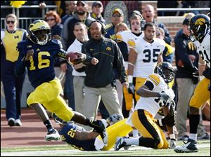 Michigan QB Denard Robinson runs the ball.