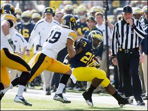 Michigan RB Fitzgerald Toussaint (28) runs the ball against Iowa during the first quarter.