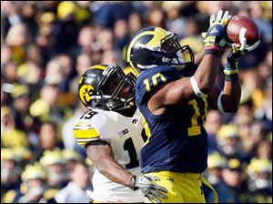 Michigan WR Jeremy Gallon (10) goes up for the catch.