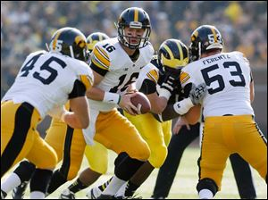 Iowa QB James Vandenberg turns to give the handoff.