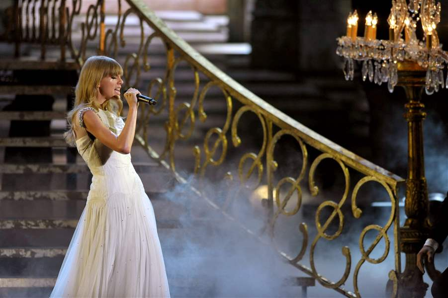 2012-American-Music-Awards-Show-Swift