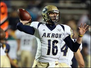 Akron QB Kyle Pohl (16) throws the ball against Toledo.