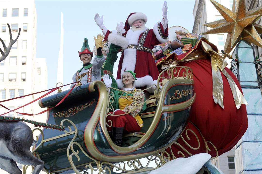 Santa-Claus-waves-to-the-crowd-1