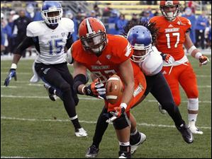 Bowling Green State TE Alex Bayer (82) dives for the ball against  Buffalo.