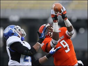 Bowling Green State University WR Shaun Joplin (9) makes a catch for a touchdown against Buffalo CB Najja Johnson (22).