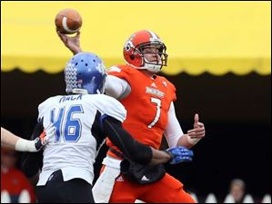 Bowling Green State University QB Matt Schilz (7) throws the ball against Buffalo OLB Khalil Mack (46).