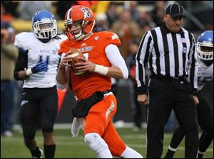 Bowling Green State University QB Matt Schilz (7) scores a touchdown against Buffalo.